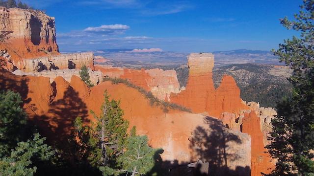 Très belle couleurs des roches du cote du parc de Bryce Canyon dans l'ouest des parcs americains photo blog voyage tour du monde http://yoytourdumonde.fr