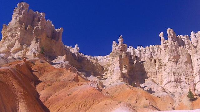 La randonnée est le meilleur moyen de découvrir de plus près le Parc de Bryce Canyon aux Etat-Unis photo blog voyage tour du monde http://yoytourdumonde.fr
