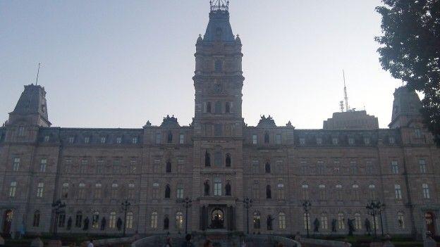 Vous pouvez avoir une visite guidée et gratuite du parlement quebecois qui se trouve dans la ville de Quebec au Canada avec superbe façade photo blog voyage tour du monde https://yoytourdumonde.fr
