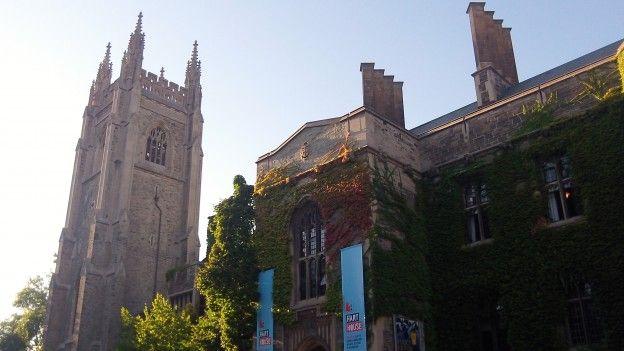 Batiments de l'université de Toronto au Canada photo blog voyage tour du monde https://yoytourdumonde.fr