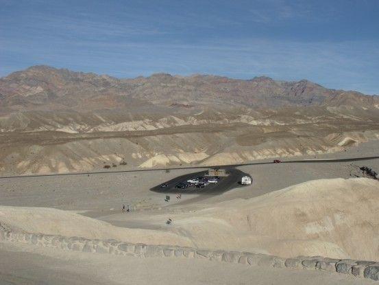 Entre dunes et sables se trouvent le parking dans la Vallée de la mort aux USA photo blog voyage tour du monde http://yoytourdumonde.fr