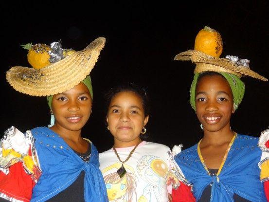 Tous les samedi soir, la ville de Santiago de Cuba sort dehors pour manger et faire la fête photo blog voyage tour du monde https://yoytourdumonde.fr