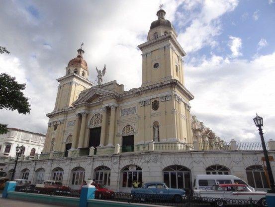 Cuba: La cathédrale de Santiago de Cuba. Avec plusieurs superbes batiments coloniaux, la ville mériterait d'être inscrite à l'UNESCO photo blog voyage tour du monde https://yoytourdumonde.fr