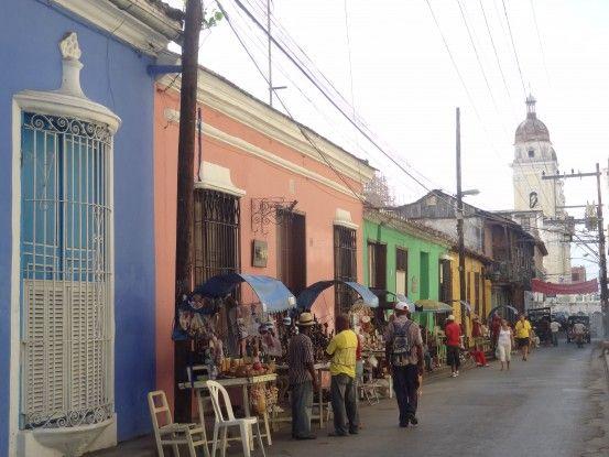 Rue coloniale de Santiago de Cuba photo blog voyage tour du monde https://yoytourdumonde.fr