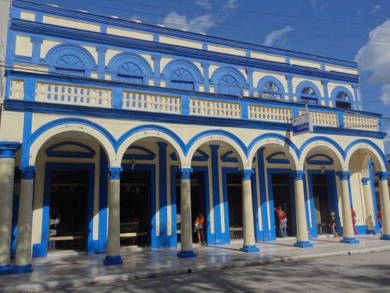 Bayamo à Cuba est une superbe ville coloniale avec des batiments colorés. Photo blog voyage tour du monde https://yoytourdumonde.fr