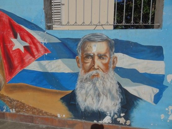 L'histoirde de Cuba, s'ecrit et se peint énormement sur les murs ici à Bayamo. Photo blog voyage tour du monde https://yoytourdumonde.fr