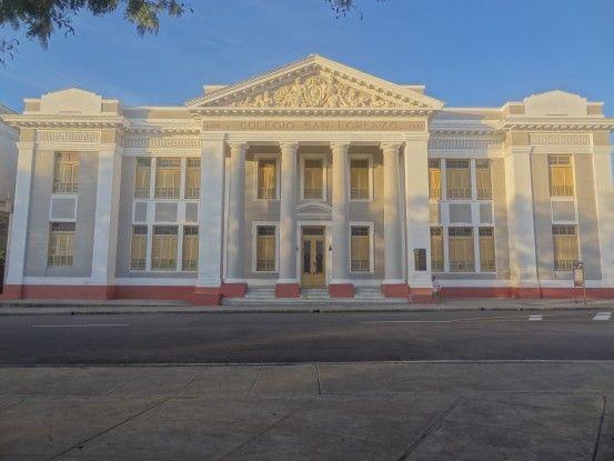 Bâtiment place principale de Cienfuegos à Cuba, ville Unesco, photo blog voyage tour du monde https://yoytourdumonde.fr