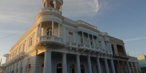 Magnifique bâtiment colonial à Cienfuegos à Cuba, ville inscrite à l'Unesco, photo blog voyage tour du monde https://yoytourdumonde.fr