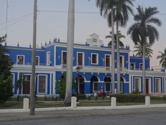 Douane à Cienfuegos (cuba) dans un superbe batiment colonial photo blog voyage tour du monde https://yoytourdumonde.fr