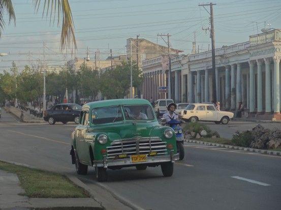 Anicenne voiture cubaine à Cienfegos, ville à l'architecture française, inscrite au Patrimoine de l'Unesco. Photo blog voyage tour du monde https://yoytourdumonde.fr