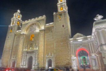 Mexique-Merida: La Cathédrale de la ville et à sa droite le musée d'art Contemporain.