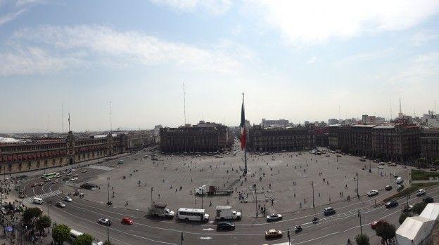 Zocalo ou Plaza de la Constitucion de Mexico City photo blog voyage tour du monde travel https://yoytourdumonde.fr