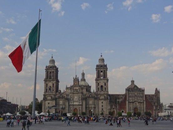 Plaza de la Constitucion de Mexico City et de sa cathédrale photo blog voyage tour du monde travel https://yoytourdumonde.fr