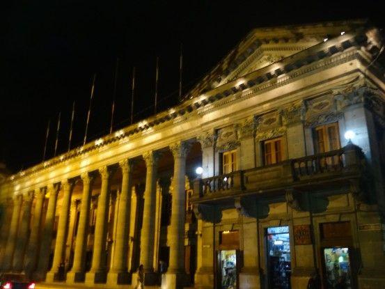 Place centrale de nuit de Quetzaltenango photo blog voyage tour du monde https://yoytourdumonde.fr