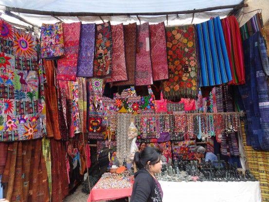 Le plus rand marché d'Amerique Centrale se trouve à Chichicastenango au Guatemala photo blog voyage tour du monde travel https://yoytourdumonde.fr