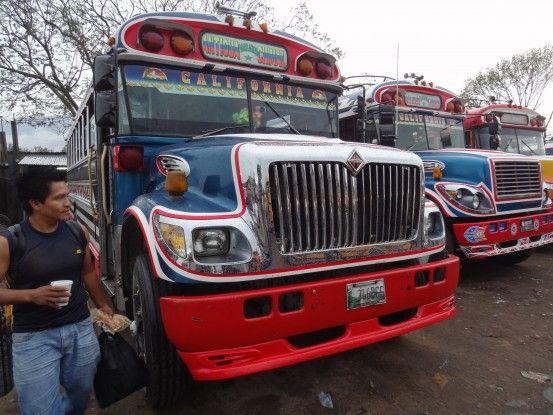 Un bus au Guatemala se sont les mêmes que les bus des écoles aux USA photo blog voyage tour du monde travel https://yoytourdumonde.fr