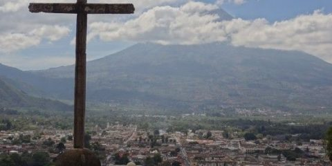 Sur le Cerro de la Cruz à Antigua au Guatemala, à l'arrière plan vous pouvez voir Antigua et le Volcan Agua photo blog voyage tour du monde https://yoytourdumonde.fr