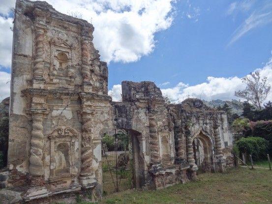 Les ruines d'églises sont nombreuses à Antigua au Guatemala photo blog voyage tour du monde https://yoytourdumonde.fr