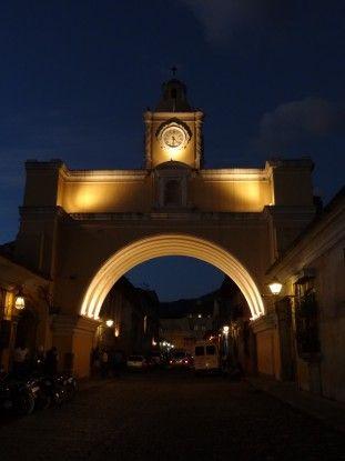 L'arche de la ville d'Antigua au Guatemala, c'est ici que passez les nonnes sans se faire voir. Photo blog voyage tour du monde https://yoytourdumonde.fr