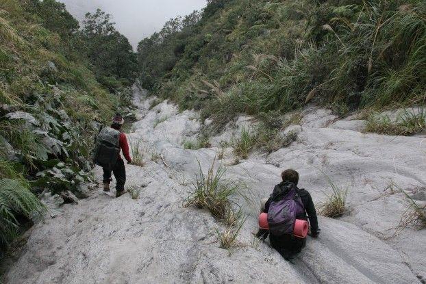 En direction du cratère du Santiaguito au Guatemala photo blog voyage tour du monde travel https://yoytourdumonde.fr