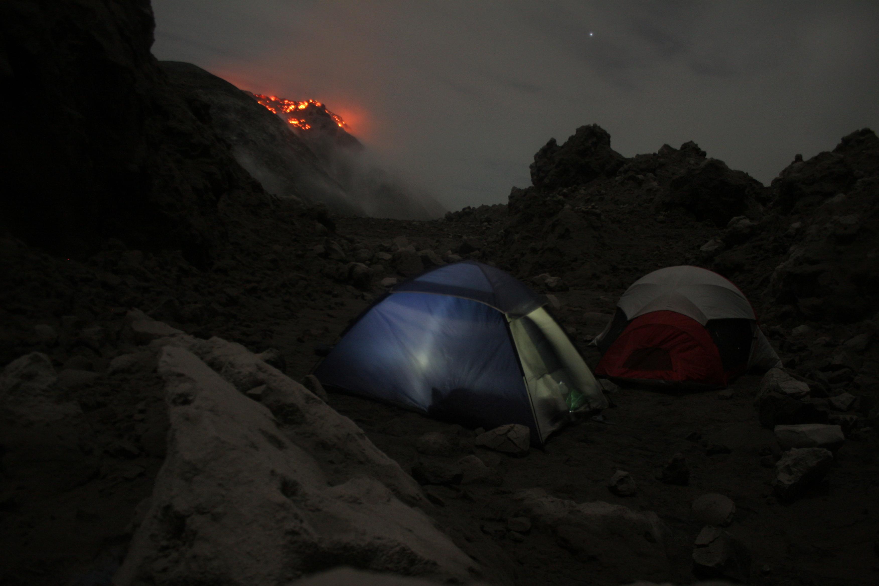 Guatemala: Cratère et lave du Volcan Santiaguito vue depuis notre campement photo blog voyage tour du monde travel https://yoytourdumonde.fr