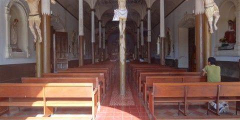 L'eglise du Calvaire dans la ville de Leon au Nicaragua avec trois crucifiés à l'entrée photo blog voyage tour du monde travel https://yoytourdumonde.fr