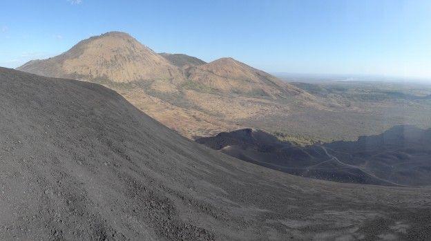 Monter du Cerro Negro au Nicaragua avant la descente en luge photo blog voyage tour du monde travel https://yoytourdumonde.fr