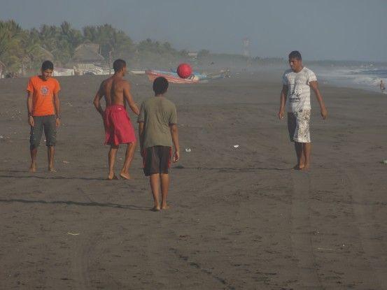 Joueurs de foot sur la plage de Monterrico photo blog voyage tour du monde travel https://yoytourdumonde.fr