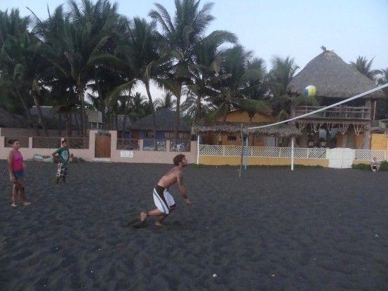 Volley Ball à Monterrico photo blog voyage tour du monde travel https://yoytourdumonde.fr