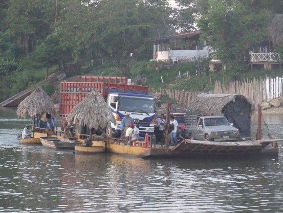 Passage en ferry sur le fleuve Sayaxché au Guatemala photo blog voyage tour du monde travel https://yoytourdumonde.fr