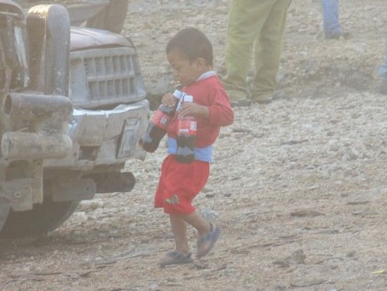 Sayaxché Guatemala jeune habitant photo blog voyage tour du monde travel https://yoytourdumonde.fr