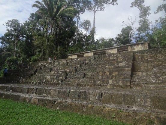 Ancien temple dans la cité archéologique d'Antigua se trouvant en pleine jungle au Guatemala près de Sayaxché photo blog voyage tour du monde travel https://yoytourdumonde.fr