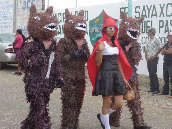 Petit chaperon rouge au carnaval de Sayaxché photo blog voyage tour du monde travel https://yoytourdumonde.fr