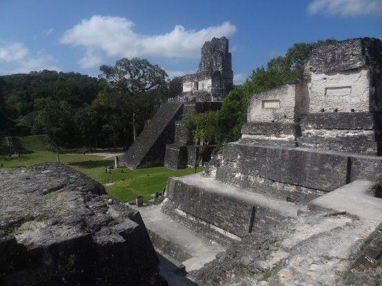 Vue d'ensemble sur les pyramides Maya de Tikal au Guatemala photo blog voyage tour du monde travel https://yoytourdumonde.fr