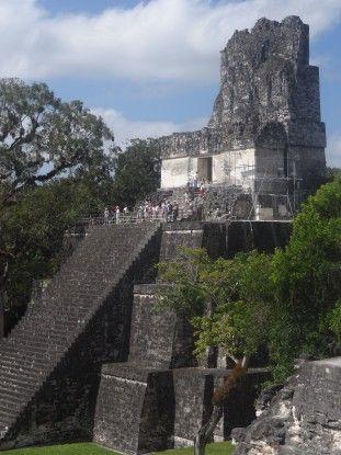 Très grande pyramide Maya à Tikal photo blog voyage tour du monde travel https://yoytourdumonde.fr