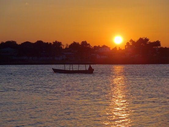 Coucher de soleil à Flores au Guatemala photo blog voyage tour du monde https://yoytourdumonde.fr