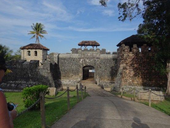 Le Château de San Felipequi avait pour but de protéger la ville contre les pirates à Rio Dulce au Guatemala photo blog voyage travel tour du monde https://yoytourdumonde.fr