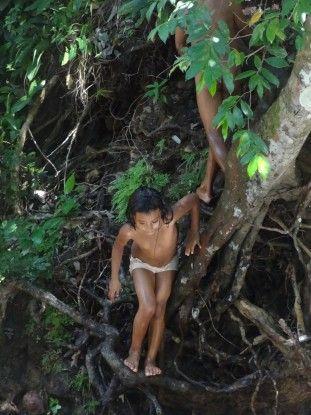 Un enfant qui joue à la Finca El Paraiso au Guatemala photo blog voyage tour du monde travel https://yoytourdumonde.fr