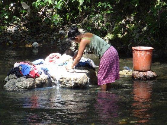 Au Guatemala le linge est souvent lavé dans le rivière comme ici près de la Finca El Paraiso photo blog voyage tour du monde travel https://yoytourdumonde.fr