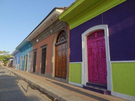 Les superbes façades de Granada me plaisent enormement photo blog voyage tour du monde travel https://yoytourdumonde.fr
