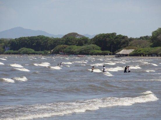 Comme une mer il y a de très nombreuses vagues sur le Lac Nicaragua près de Granada photo blog voyage tour du monde travel https://yoytourdumonde.fr