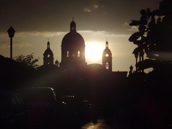 Le soleil se couche sur la magnifique ville de Granada au Nicaragua photo blog voyage tour du monde travel https://yoytourdumonde.fr