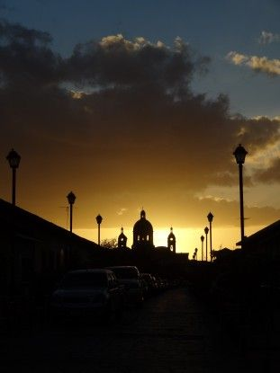 Le soleil se couche sur Granada au Nicaragua photo blog voyage tour du monde travel https://yoytourdumonde.fr