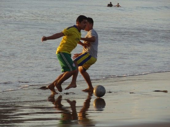 Partie de football sur la plage de San Juan del Sur au Nicaragua photo blog voyage tour du monde travel https://yoytourdumonde.fr