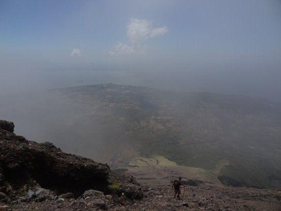Ascention du volcan Concepcion qui se termine dans les nuages au Nicaragua photo blog voyage tour du monde travel https://yoytourdumonde.fr
