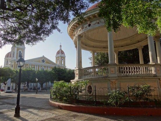 La place principale de Granada au Nicaragua est l'une des plus belles places d'Amérique centrale. Photo blog voyage tour du monde travel https://yoytourdumonde.fr