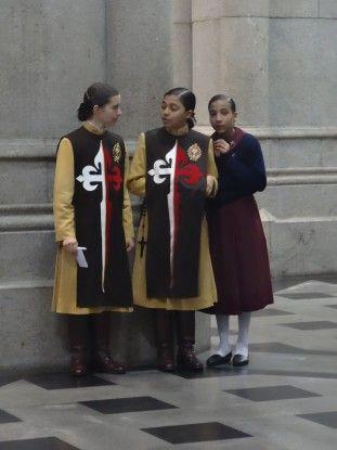 Croyant à l'intérieur de la cathédrale de Sé photo blog voyage tour du monde travel https://yoytourdumonde.fr