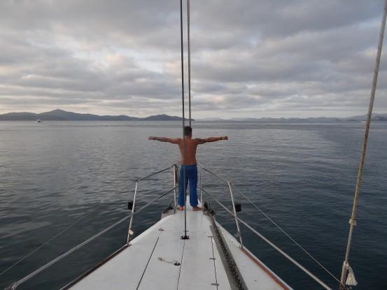 """Australie- Whitsunday; Certains se reveille dans un  matelas de m....pour aller au boulot, perso je fais mes exercics a l'avant du bateau version...TITANIC. """"Si tu sautes, je saute!!!"""""""