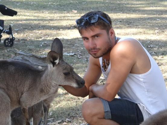 Australie- Brisbane: Yoy et le kangourou.