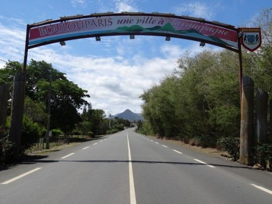 nouvelle-caledonie-route-village